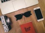 okulary przeciwsłoneczne na stole
